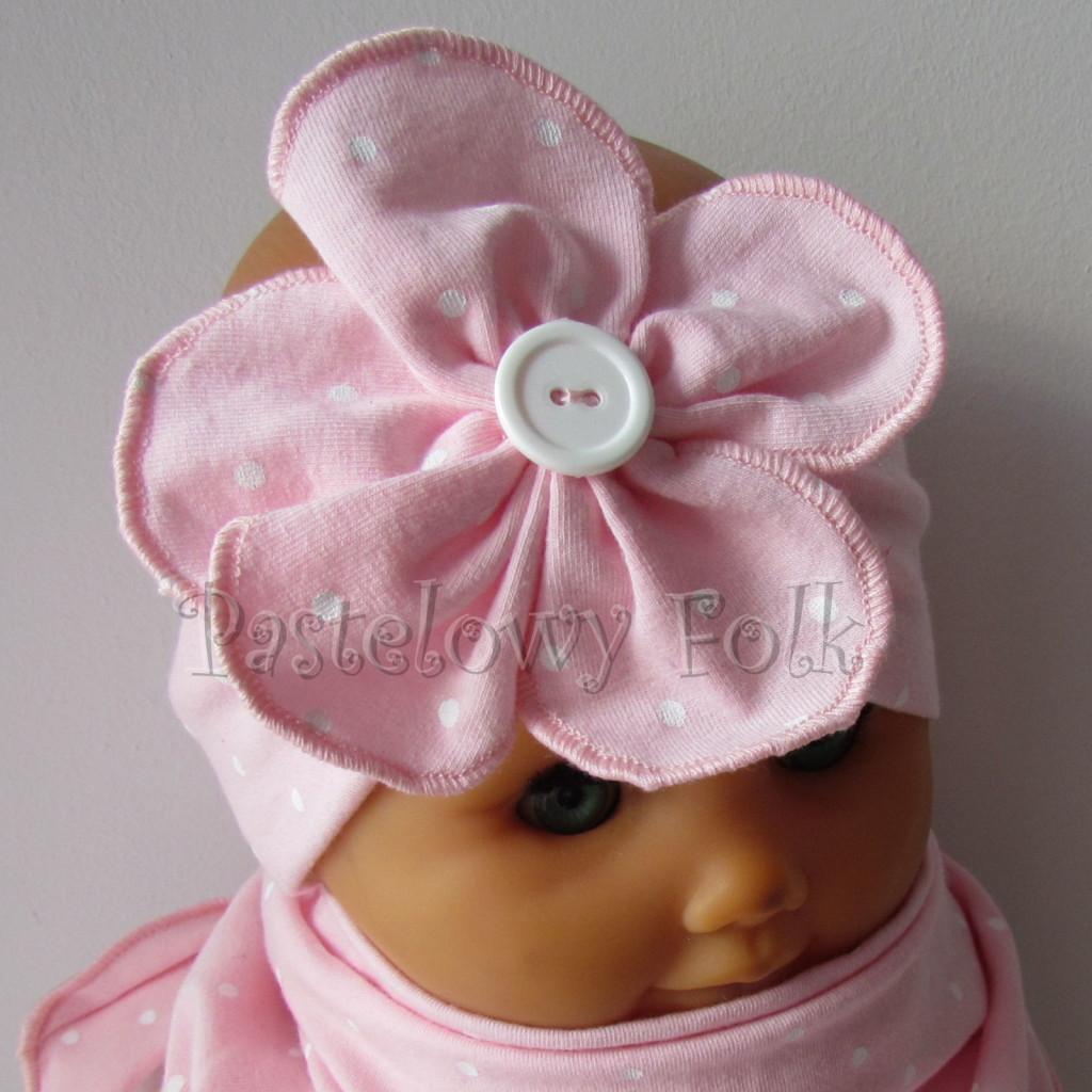 dziecko-opaska 119b- jasnorozowa w biale kropeczki z duzym kwiatkiem i bialym guzikiem, rozowa kropki komplet chustka-03