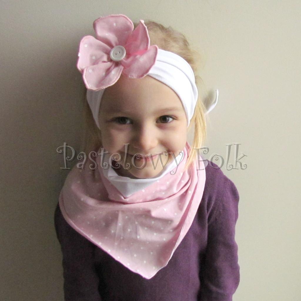 dziecko-opaska 120- biala z jasnorozowym kwiatkiem w biale kropeczki i bialym guzikiem, rozowa kropki komplet chustka-01