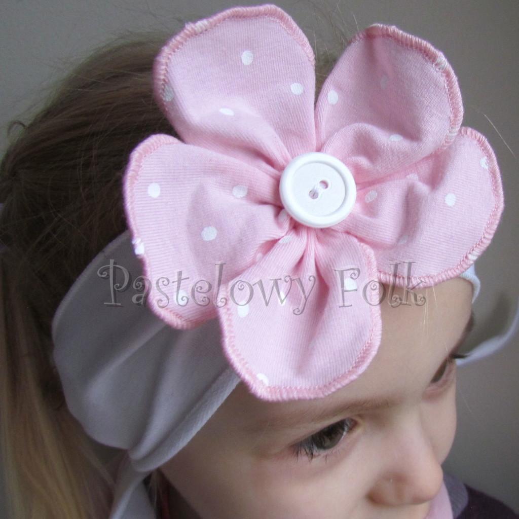 dziecko-opaska 120- biala z jasnorozowym kwiatkiem w biale kropeczki i bialym guzikiem, rozowa kropki komplet chustka-03