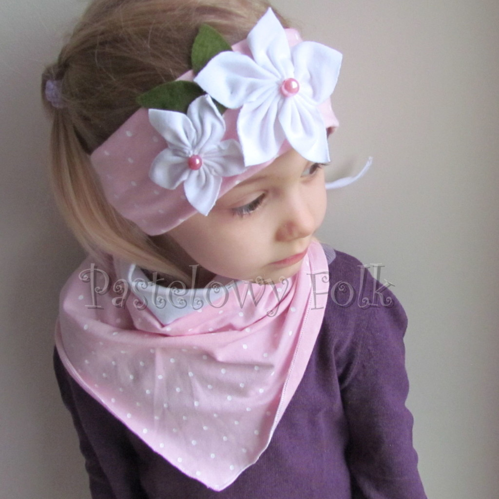dziecko-opaska 122- jasnorozowa w biale kropeczki z 2 kwiatkami bialymi, rozowe perelki filcowe listki, chustka-01