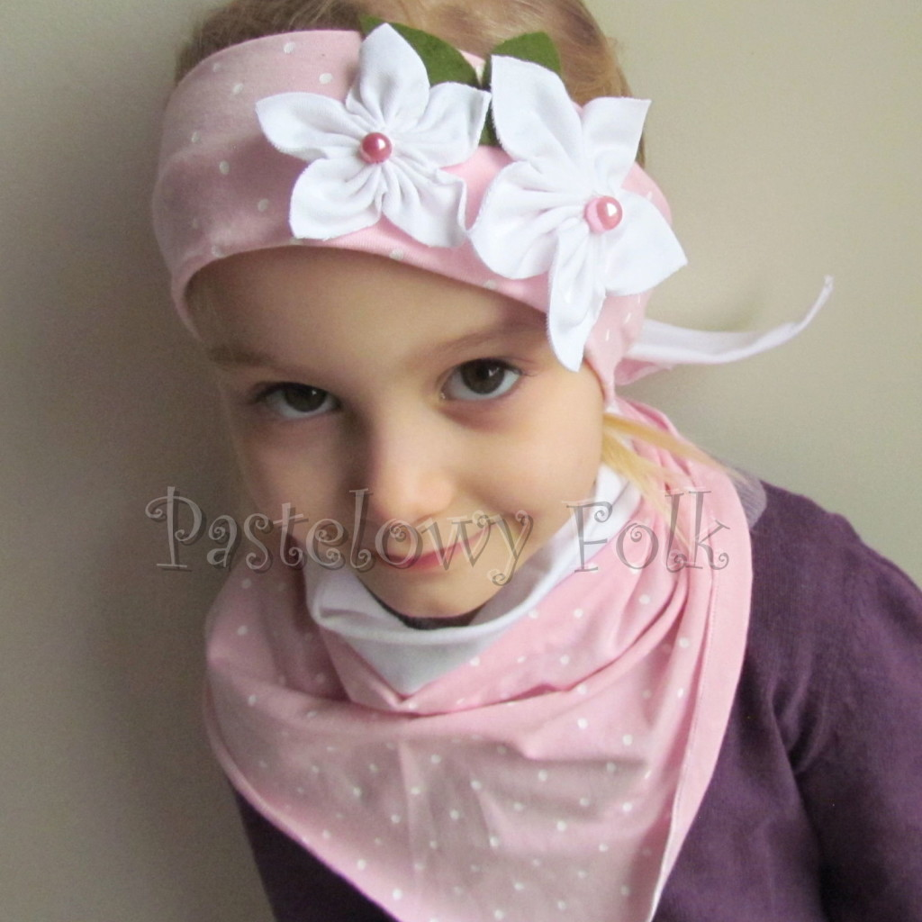 dziecko-opaska 122- jasnorozowa w biale kropeczki z 2 kwiatkami bialymi, rozowe perelki filcowe listki, chustka-02
