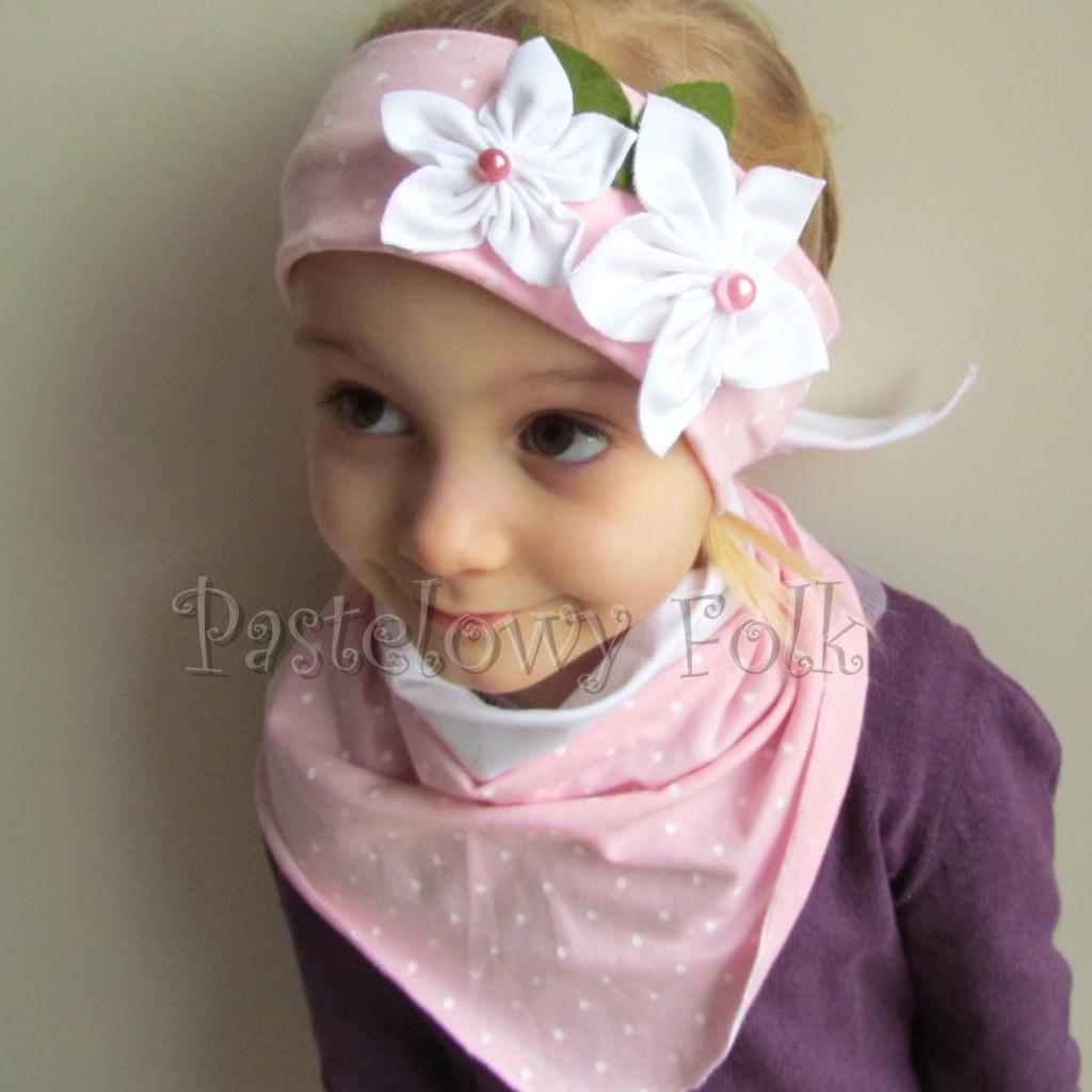 dziecko-opaska 122- jasnorozowa w biale kropeczki z 2 kwiatkami bialymi, rozowe perelki filcowe listki, chustka-03