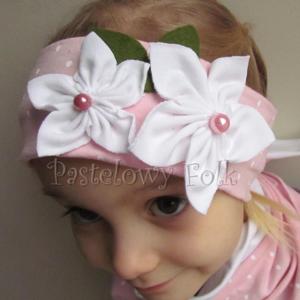 dziecko-opaska 122- jasnorozowa w biale kropeczki z 2 kwiatkami bialymi, rozowe perelki filcowe listki, chustka-04