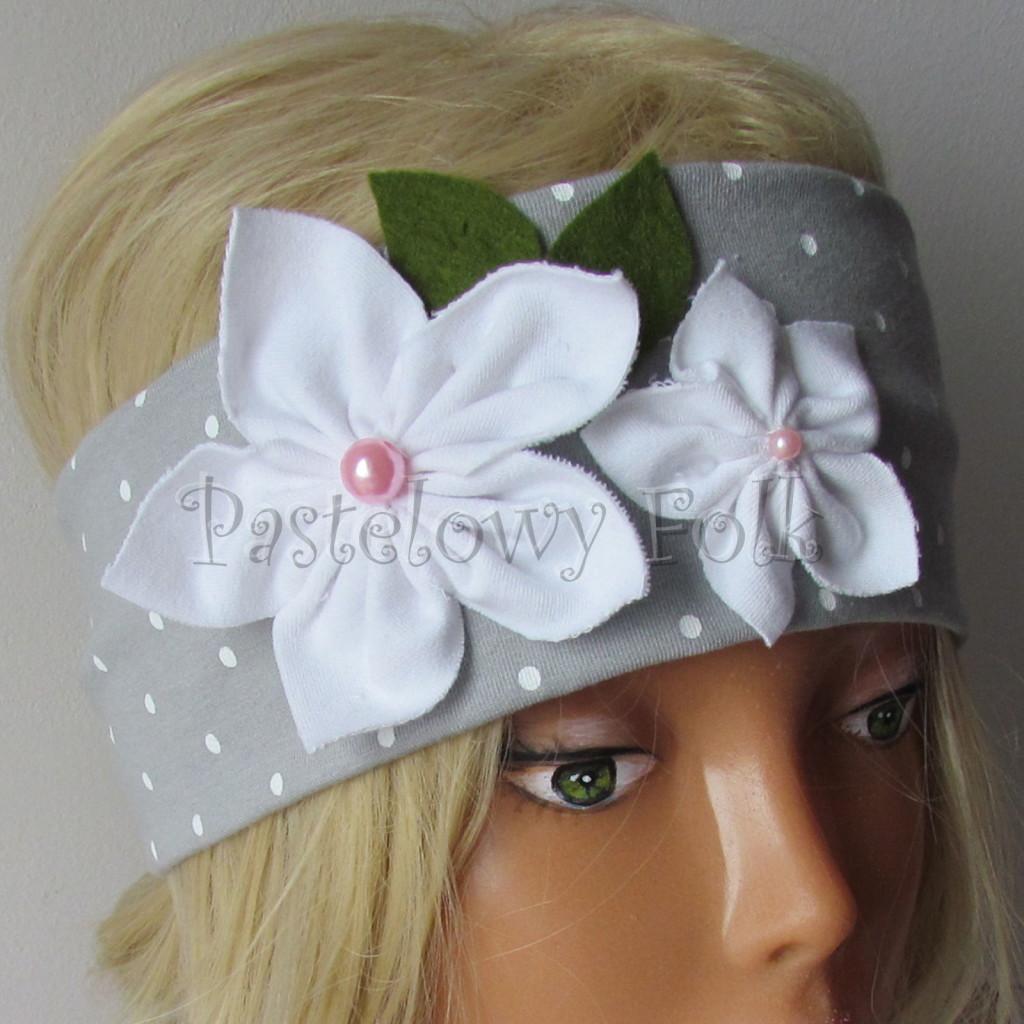 dziecko-opaska 123- szara w biale kropeczki z 2 kwiatkami bialymi, rozowe perelki filcowe listki, chustka-02