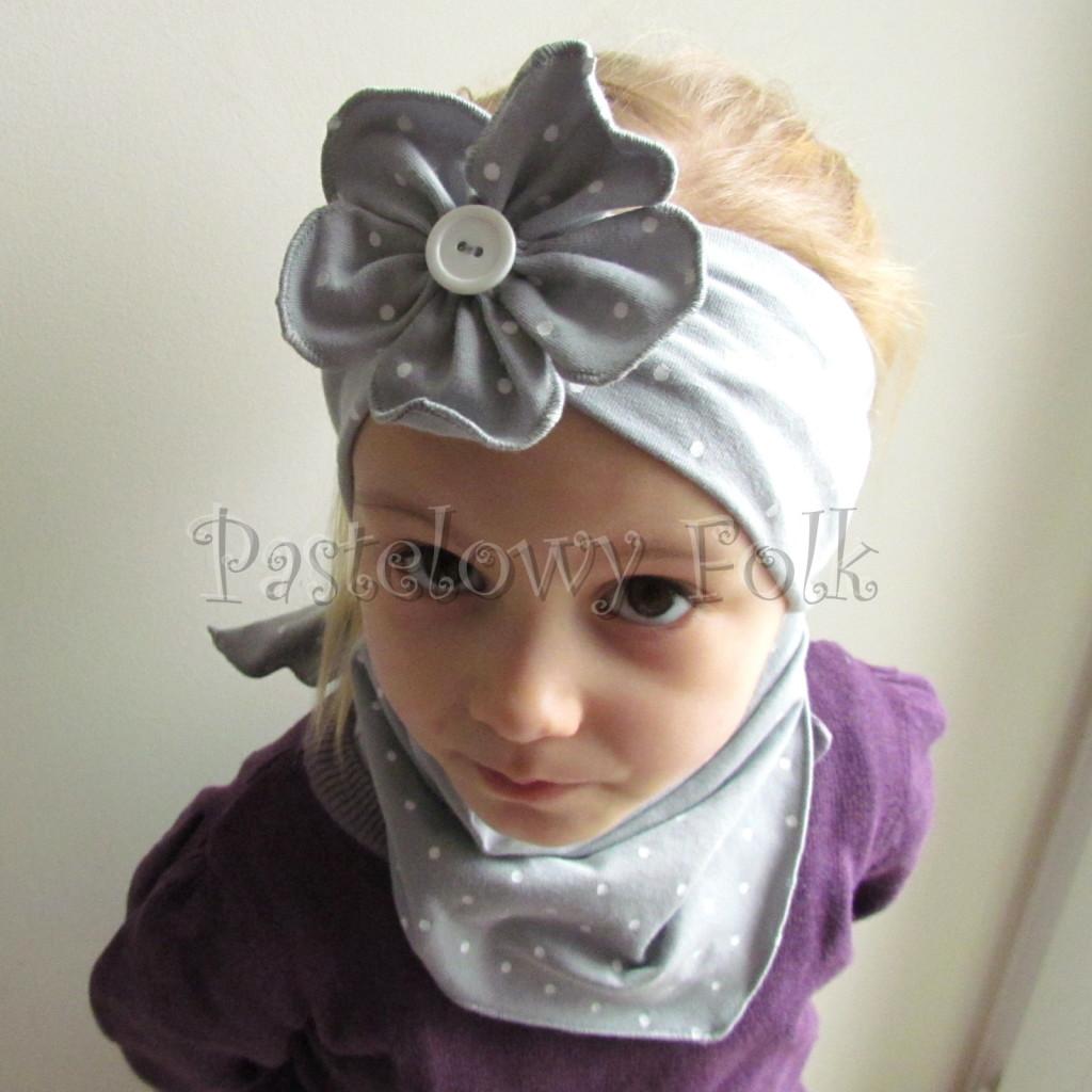 dziecko-opaska 124- szara w biale kropeczki z duzym kwiatkiem i bialym guzikiem, kropki komplet chustka-02