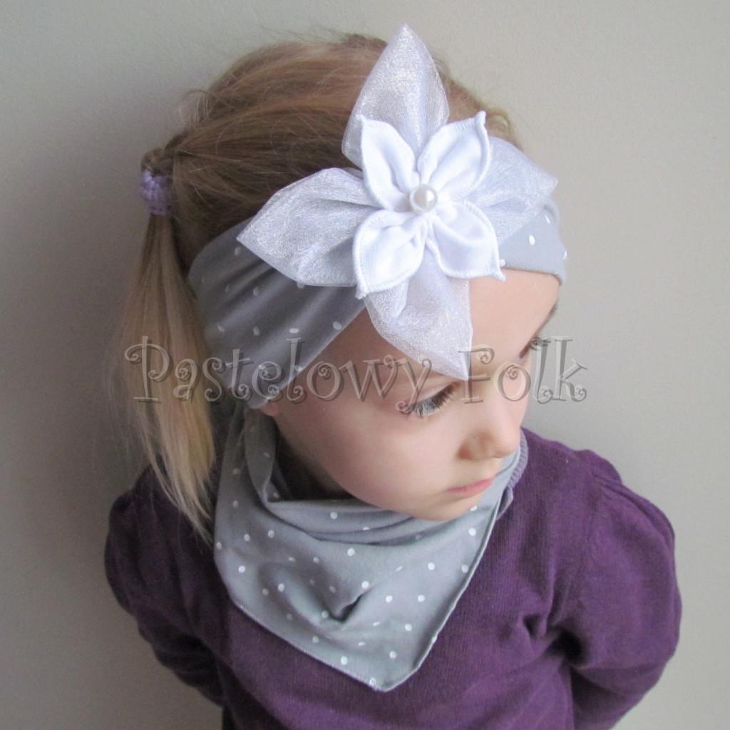 dziecko-opaska 125- szara w biale kropeczki z duzym białym kwiatem tiulem perelka, kropki komplet chustka-01