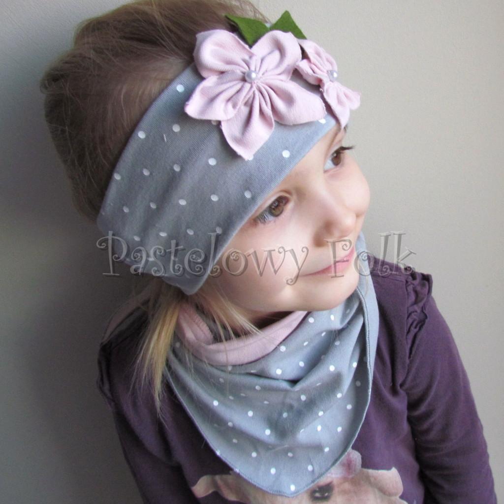 dziecko-opaska 126- szara w biale kropeczki z 2 kwiatkami brudny roz, rozowe perelki filcowe listki, chustka-01