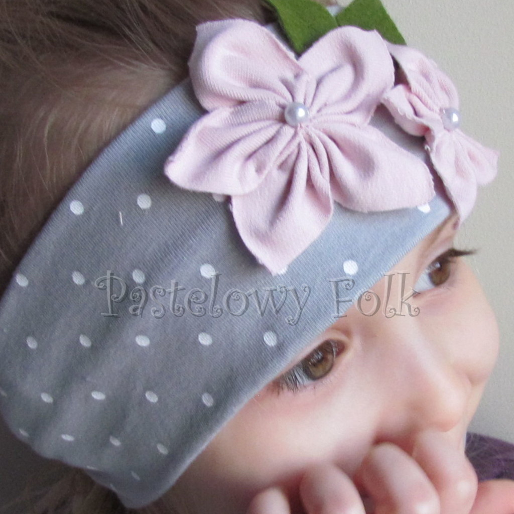 dziecko-opaska 126- szara w biale kropeczki z 2 kwiatkami brudny roz, rozowe perelki filcowe listki, chustka-02