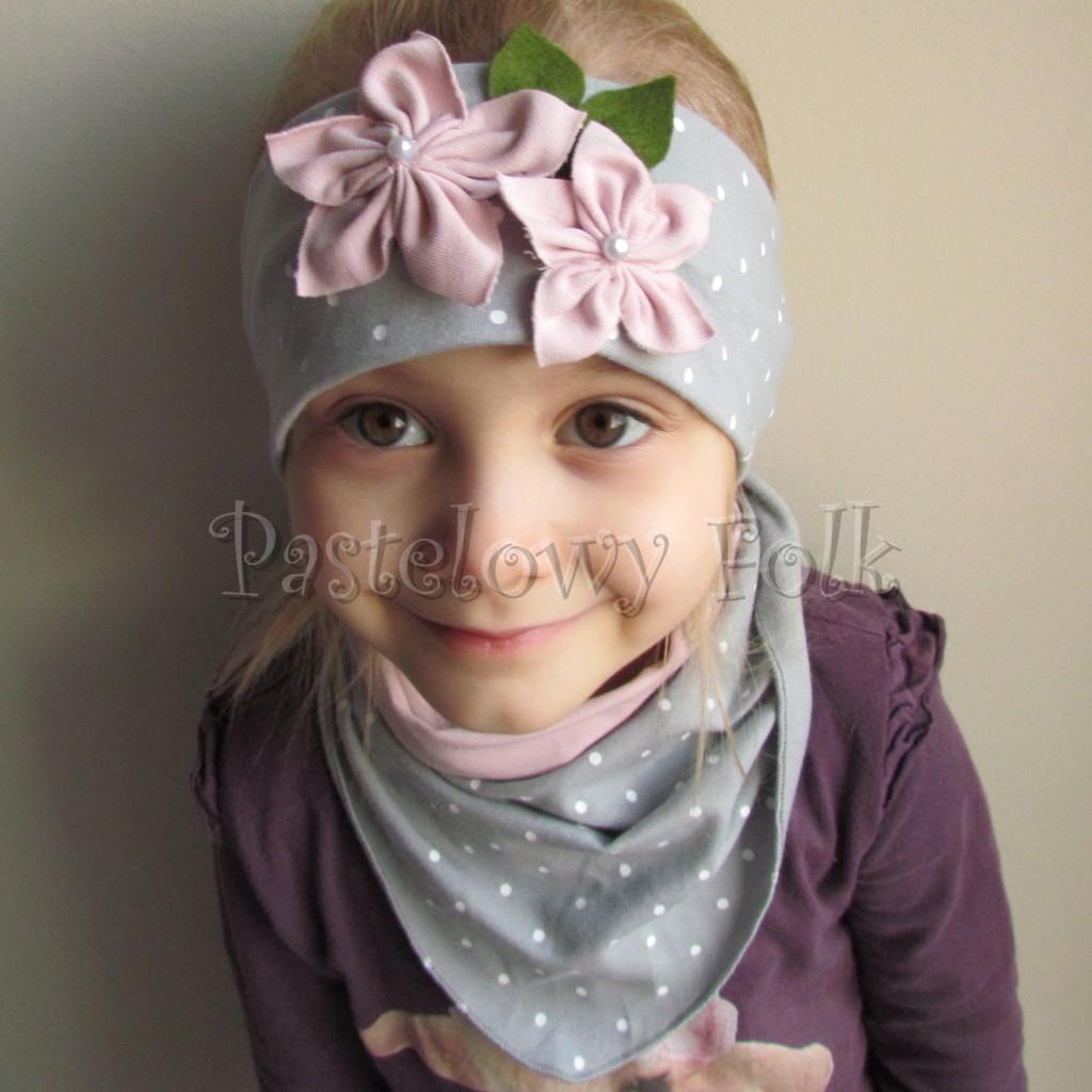dziecko-opaska 126- szara w biale kropeczki z 2 kwiatkami brudny roz, rozowe perelki filcowe listki, chustka-03