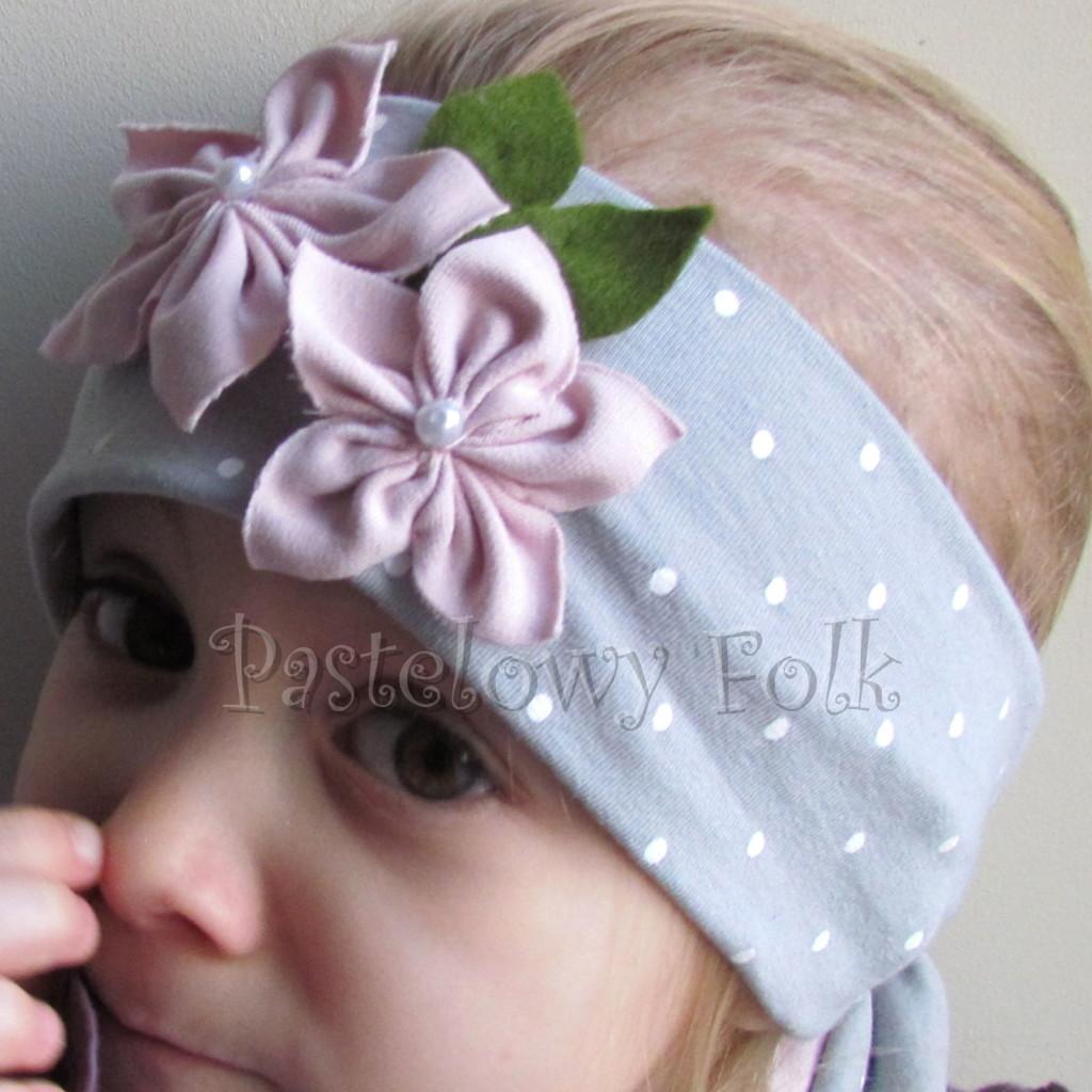 dziecko-opaska 126- szara w biale kropeczki z 2 kwiatkami brudny roz, rozowe perelki filcowe listki, chustka-04