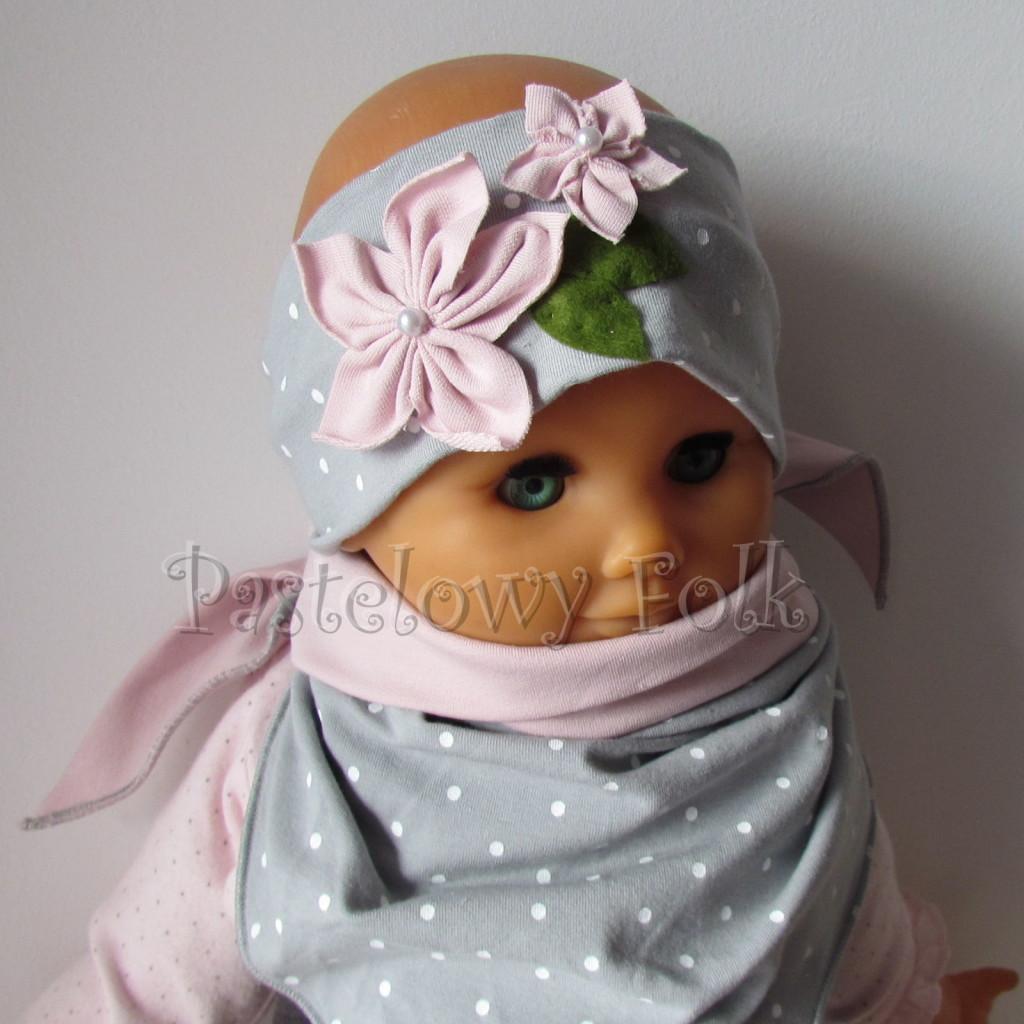 dziecko-opaska 126- szara w biale kropeczki z 2 kwiatkami brudny roz, rozowe perelki filcowe listki, chustka-05