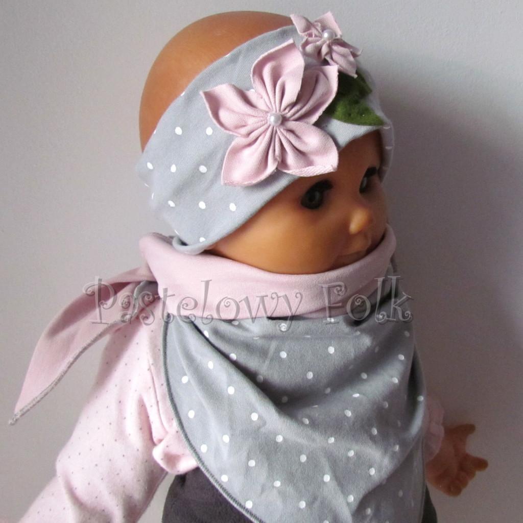 dziecko-opaska 126- szara w biale kropeczki z 2 kwiatkami brudny roz, rozowe perelki filcowe listki, chustka-08
