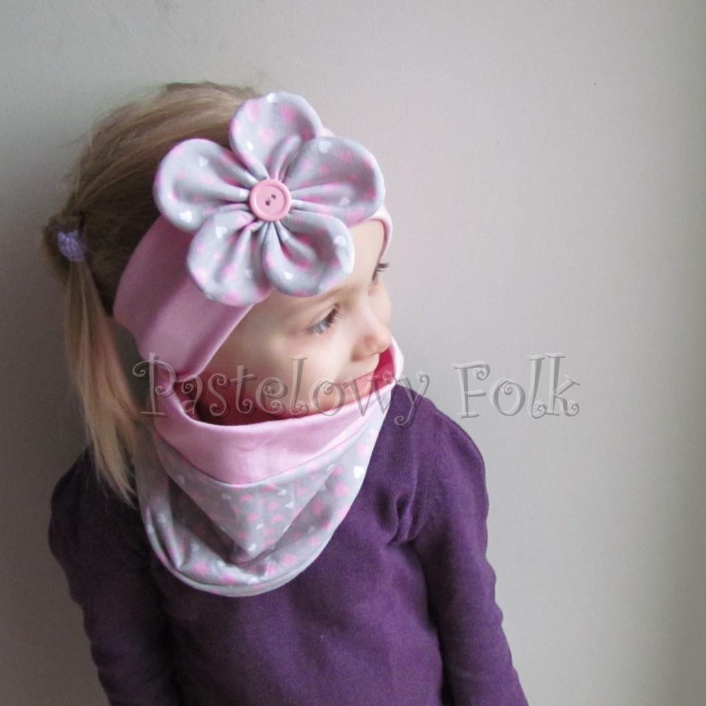 dziecko-opaska 48- rozowa z szarym duzym kwiatkiem w różowe i białe serduszka -01