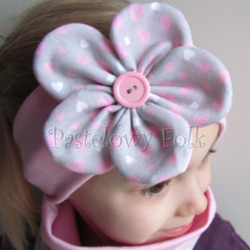 dziecko-opaska 48- rozowa z szarym duzym kwiatkiem w różowe i białe serduszka -08