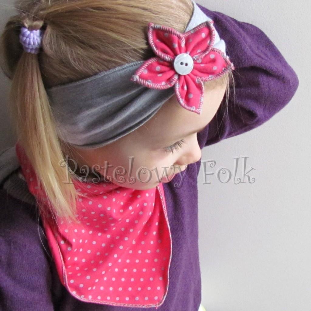 dziecko-opaska 57c- szara z kwiatkiem różowym w kropki i szarym guzikiem, chusteczka komplet -01