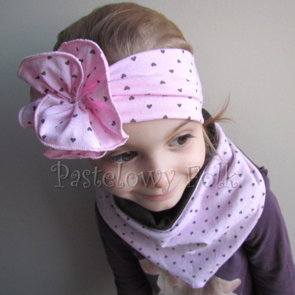 dziecko-opaska 66l- różowa w serduszka brązowe z kwiatem marszczonym, komin chustka dwustronna komplet -02