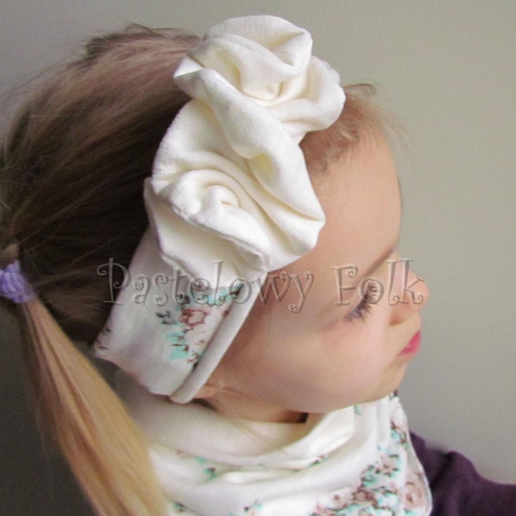 dziecko-opaska 99- dla dziewczynki pastelowa ecru w mietowe brazowe rozyczki z kwiatkiem ozdoba marszczona, komplet komin chustka -03