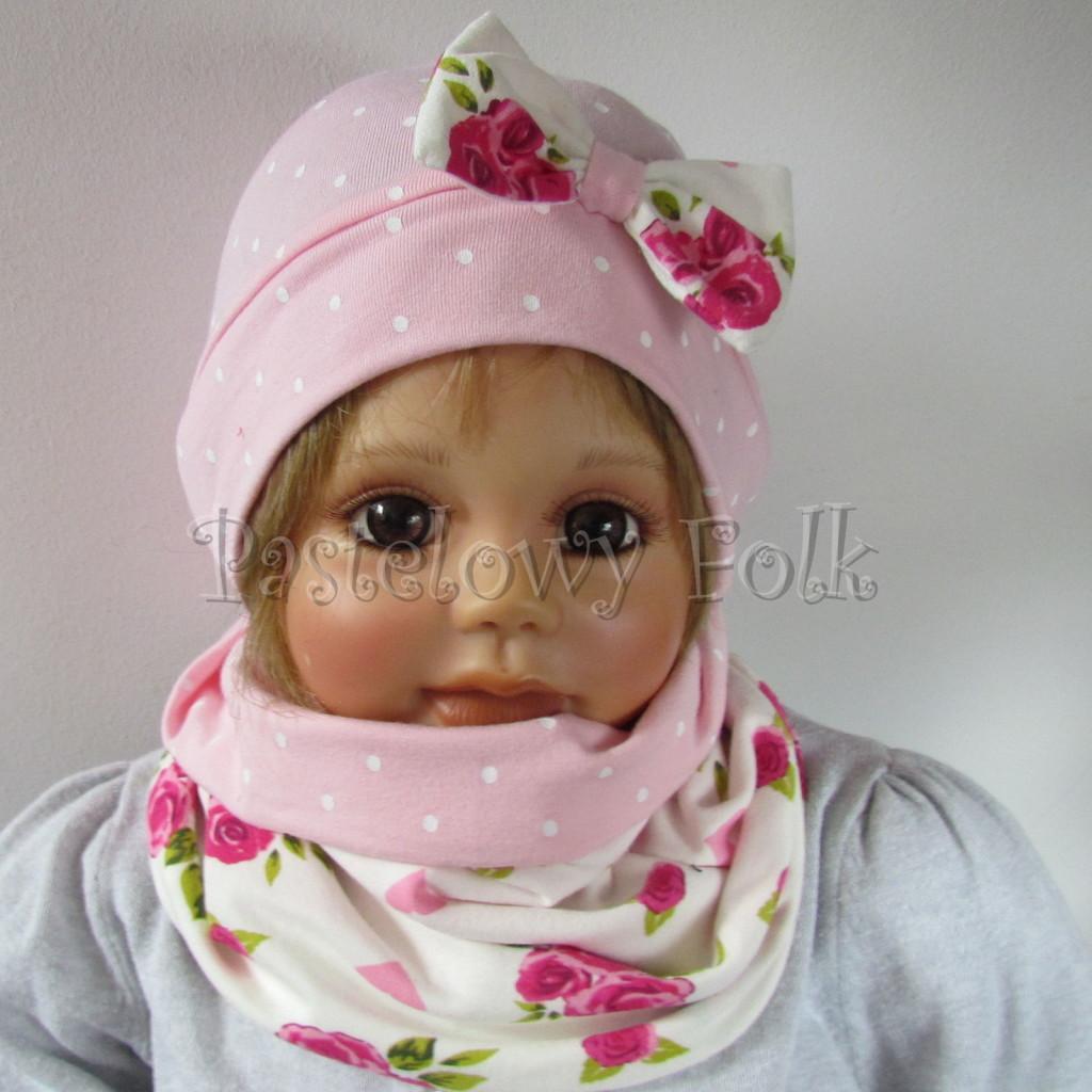 dziecko-czapka-183b-rozowa-w-biale-kropki-z-biala-kokarda-w-rozowe-roze-i-listki-komplet-komin-01