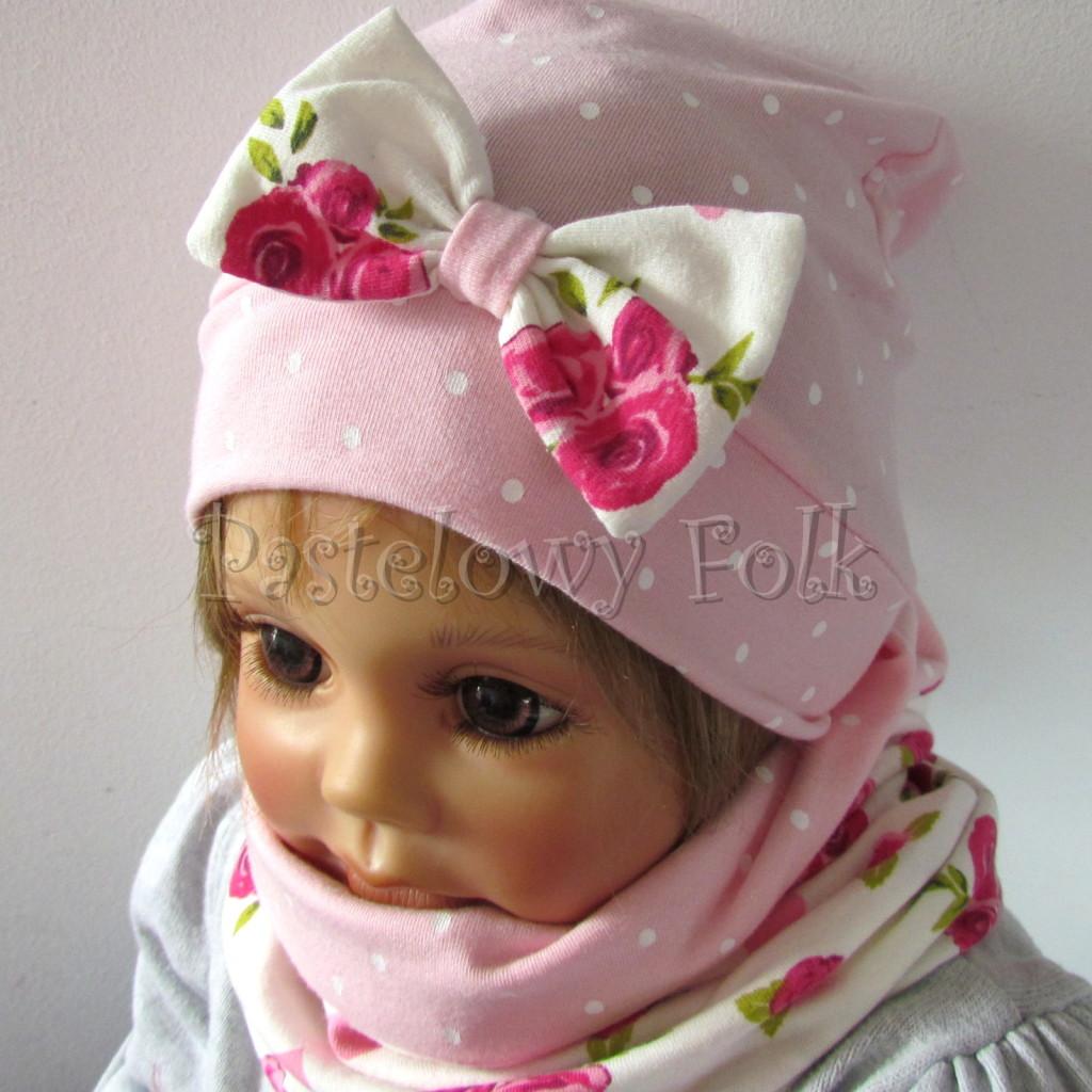 dziecko-czapka-183b-rozowa-w-biale-kropki-z-biala-kokarda-w-rozowe-roze-i-listki-komplet-komin-02