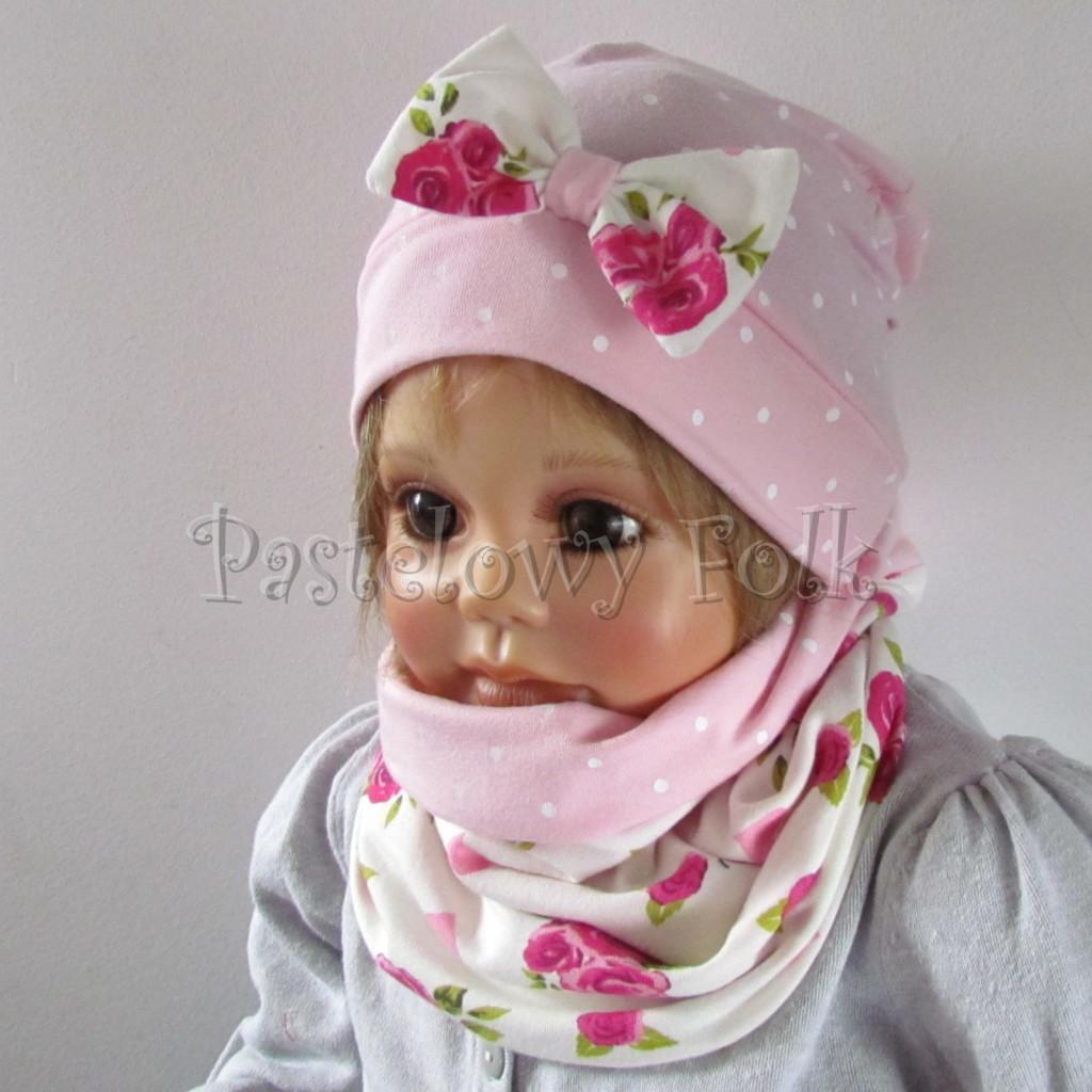 dziecko-czapka-183b-rozowa-w-biale-kropki-z-biala-kokarda-w-rozowe-roze-i-listki-komplet-komin-03