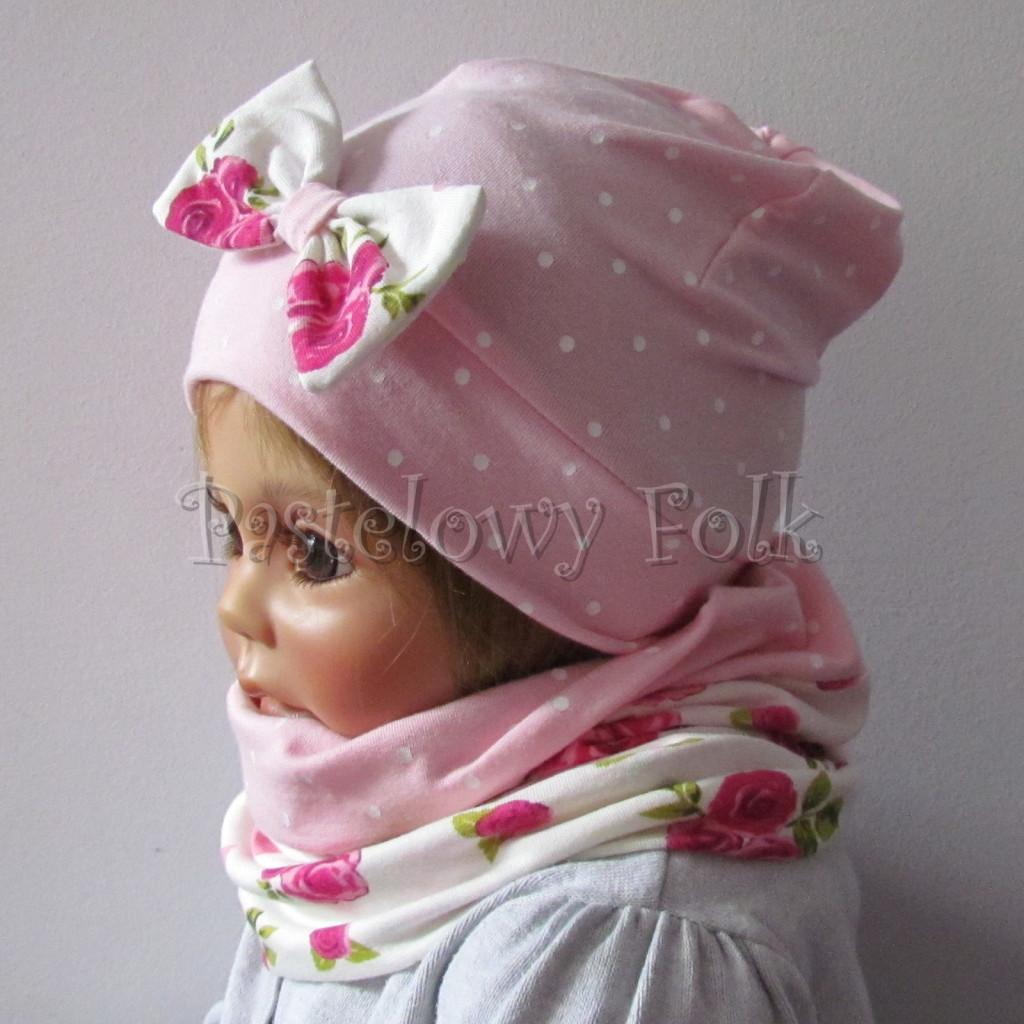 dziecko-czapka-183b-rozowa-w-biale-kropki-z-biala-kokarda-w-rozowe-roze-i-listki-komplet-komin-04