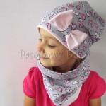 Szara czapka w serca z różową kokardą