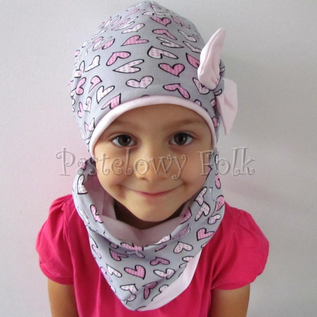 dziecko-czapka-201-szara-w-rozowe-serca-kropeczki-jasnorozowa-z-kokarda-komplet-chustka-komin-02