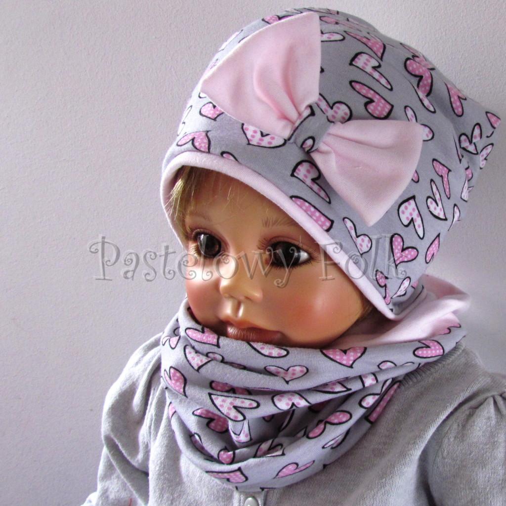 dziecko-czapka-201-szara-w-rozowe-serca-kropeczki-jasnorozowa-z-kokarda-komplet-chustka-komin-03