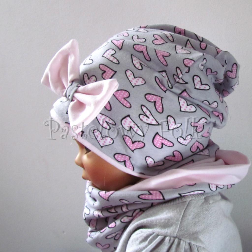 dziecko-czapka-201-szara-w-rozowe-serca-kropeczki-jasnorozowa-z-kokarda-komplet-chustka-komin-04