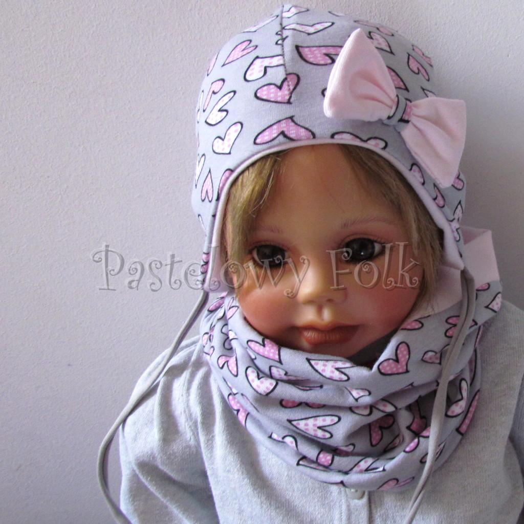 dziecko-czapka-202-szara-w-rozowe-serca-kropeczki-jasnorozowa-z-kokarda-niemowleca-profilowana-z-troczkami-wiazanakomplet-chustka-01