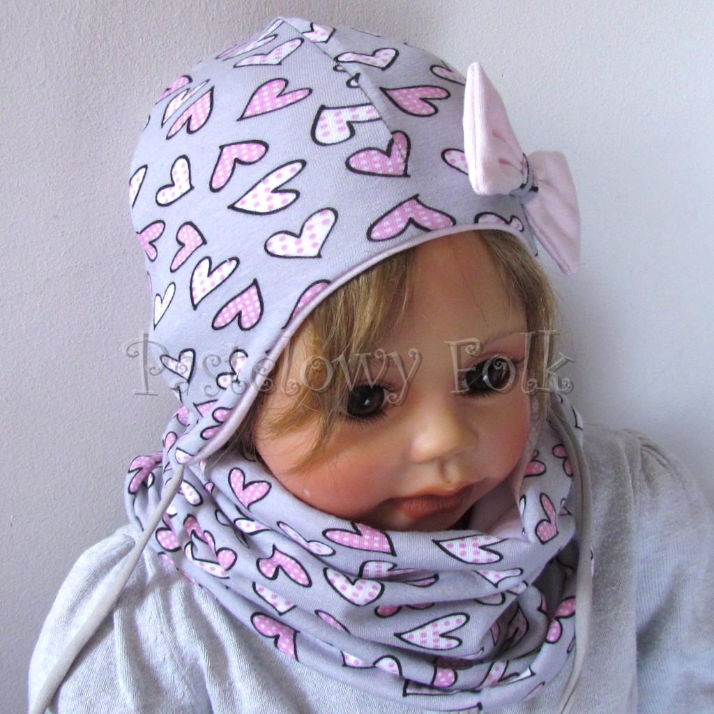 dziecko-czapka-202-szara-w-rozowe-serca-kropeczki-jasnorozowa-z-kokarda-niemowleca-profilowana-z-troczkami-wiazanakomplet-chustka-03