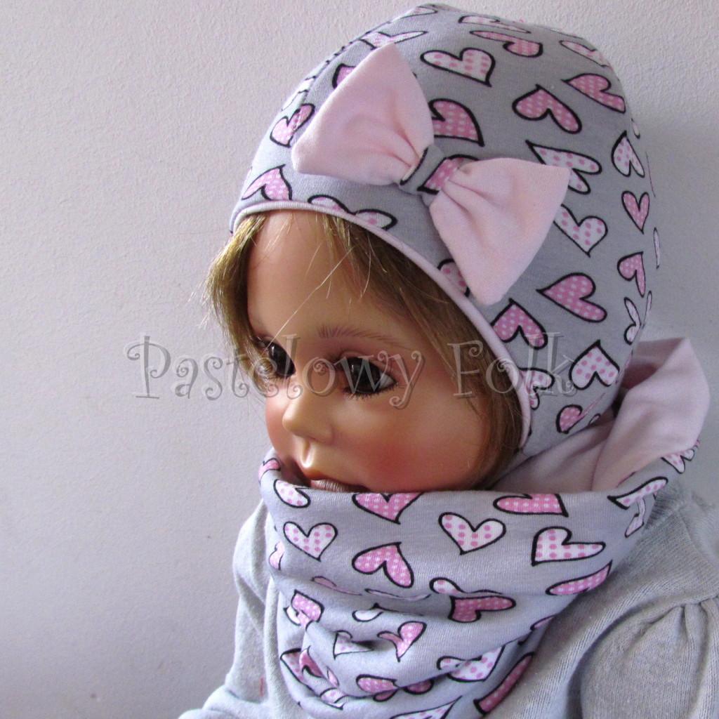 dziecko-czapka-202-szara-w-rozowe-serca-kropeczki-jasnorozowa-z-kokarda-niemowleca-profilowana-z-troczkami-wiazanakomplet-chustka-04