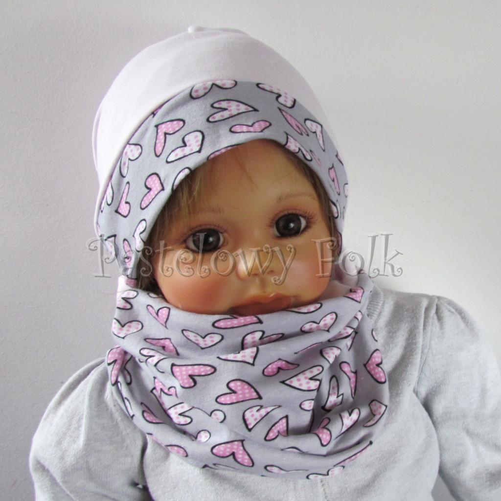 dziecko-czapka-203-jasnorozowa-z-szara-opaska-w-rozowe-serca-kropeczki-jasnorozowa-z-kokarda-niemowleca-profilowana-z-troczkami-wiazanakomplet-chustka-02