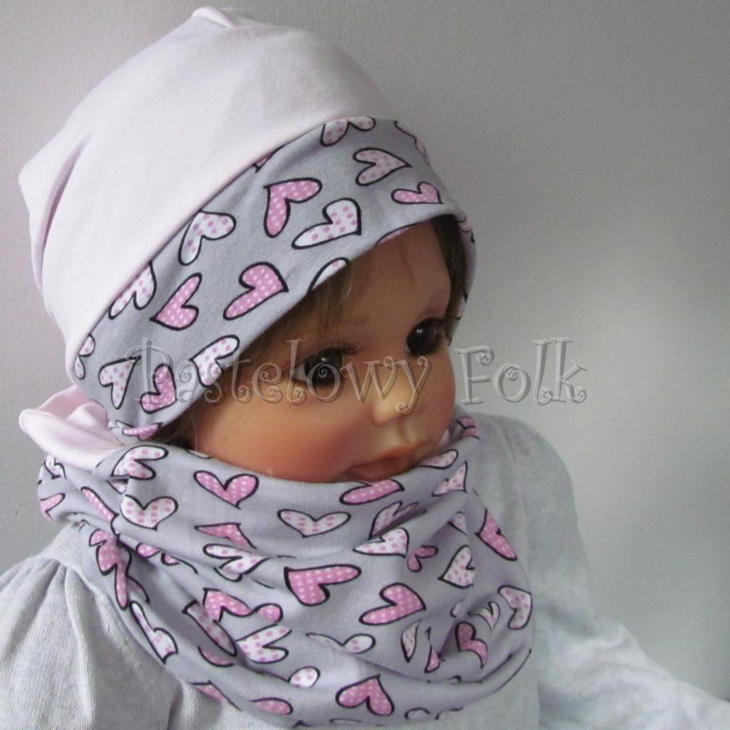dziecko-czapka-203-jasnorozowa-z-szara-opaska-w-rozowe-serca-kropeczki-jasnorozowa-z-kokarda-niemowleca-profilowana-z-troczkami-wiazanakomplet-chustka-04