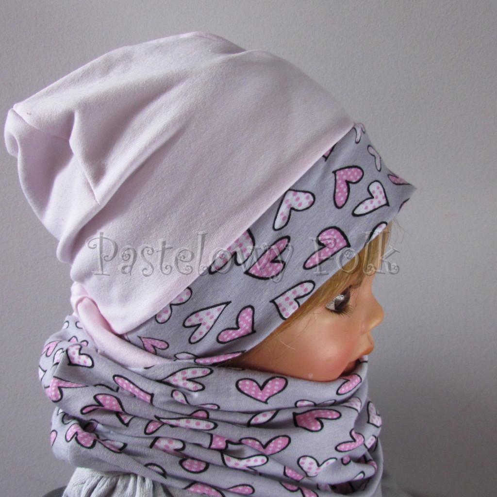 dziecko-czapka-203-jasnorozowa-z-szara-opaska-w-rozowe-serca-kropeczki-jasnorozowa-z-kokarda-niemowleca-profilowana-z-troczkami-wiazanakomplet-chustka-05