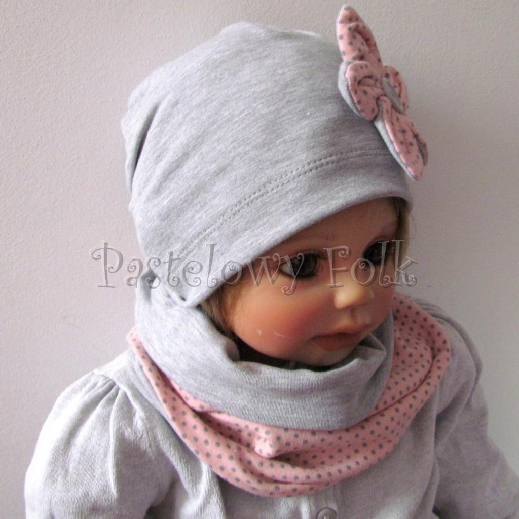 dziecko-czapka-206-szara-z-rozowym-kwiatkiem-w-szare-kropki-dresowka-chustka-komin-04