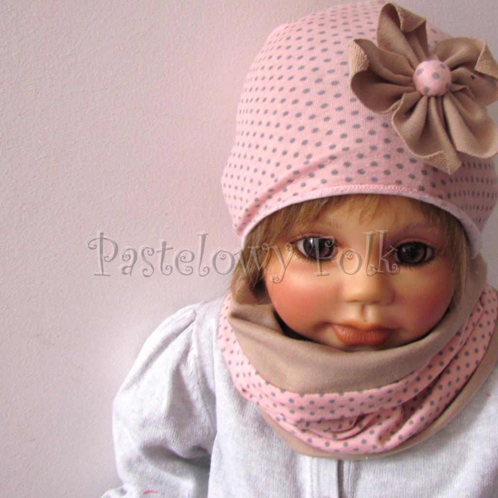 dziecko-czapka-210-rozowa-w-szare-kropki-z-bezowym-kwiatem-cienka-komin-02