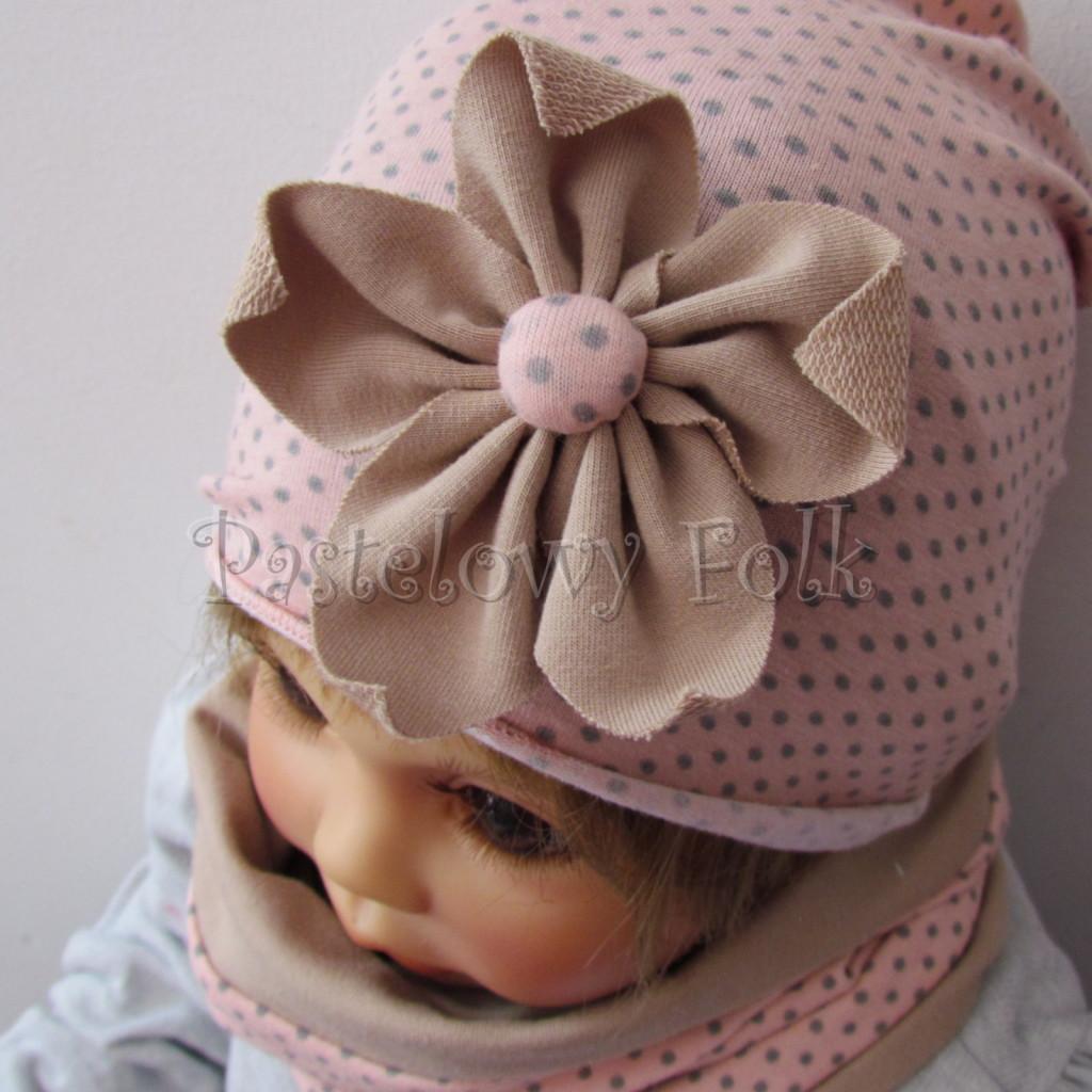 dziecko-czapka-210-rozowa-w-szare-kropki-z-bezowym-kwiatem-cienka-komin-03
