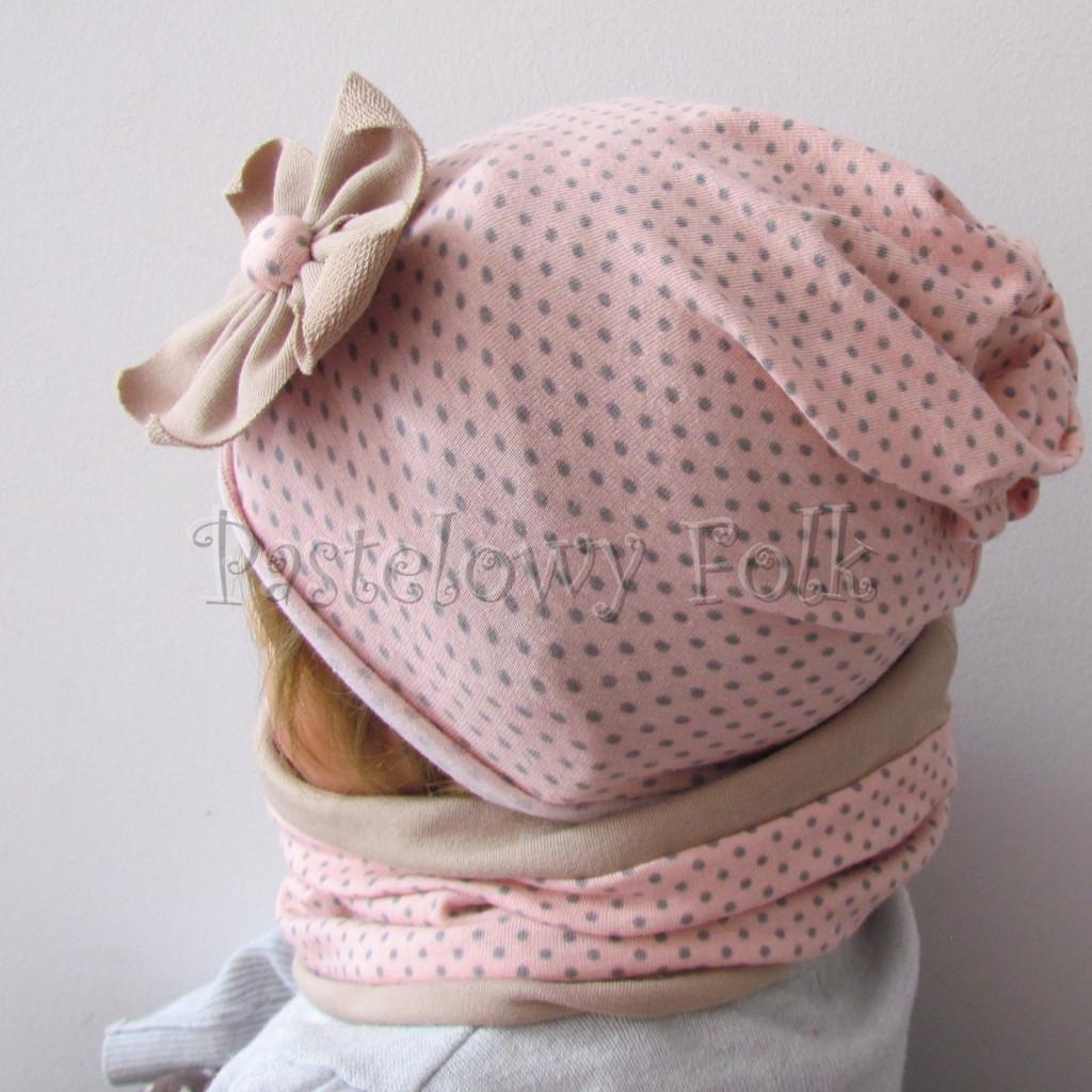 dziecko-czapka-210-rozowa-w-szare-kropki-z-bezowym-kwiatem-cienka-komin-04