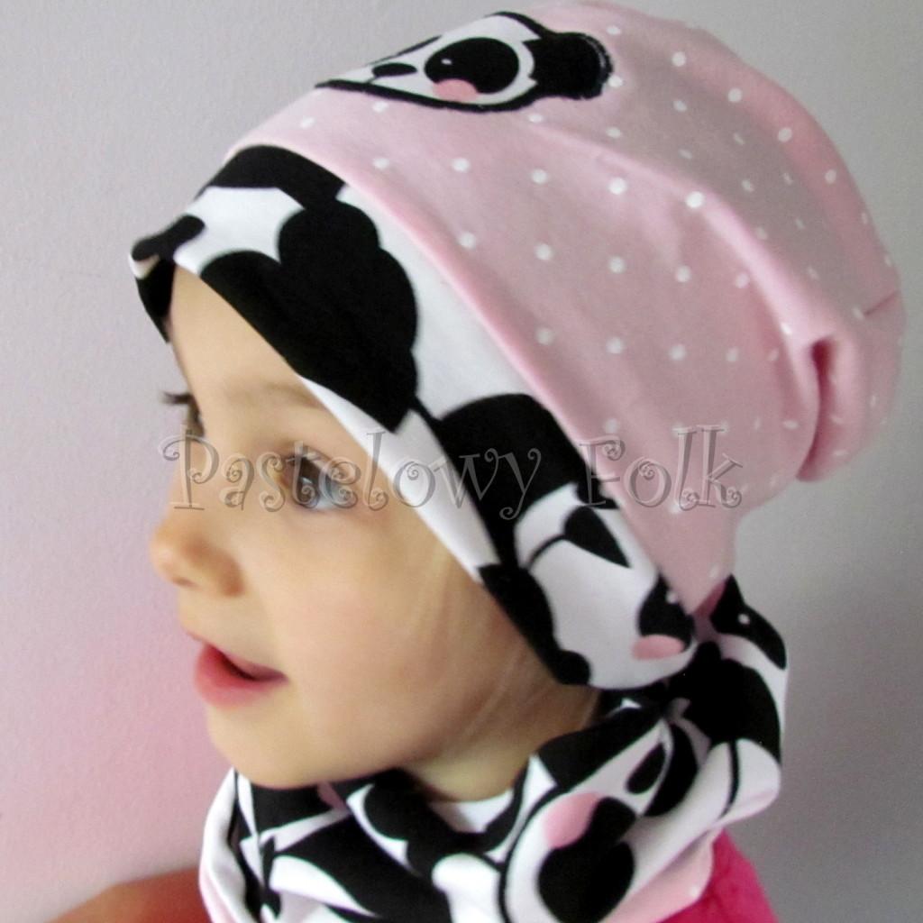dziecko-czapka-213-rozowa-w-biale-kropki-aplikacja-panda-bialo-czarna-z-rozowymi-policzkami-dresowa-dzianina-komplet-komin-chustka-04