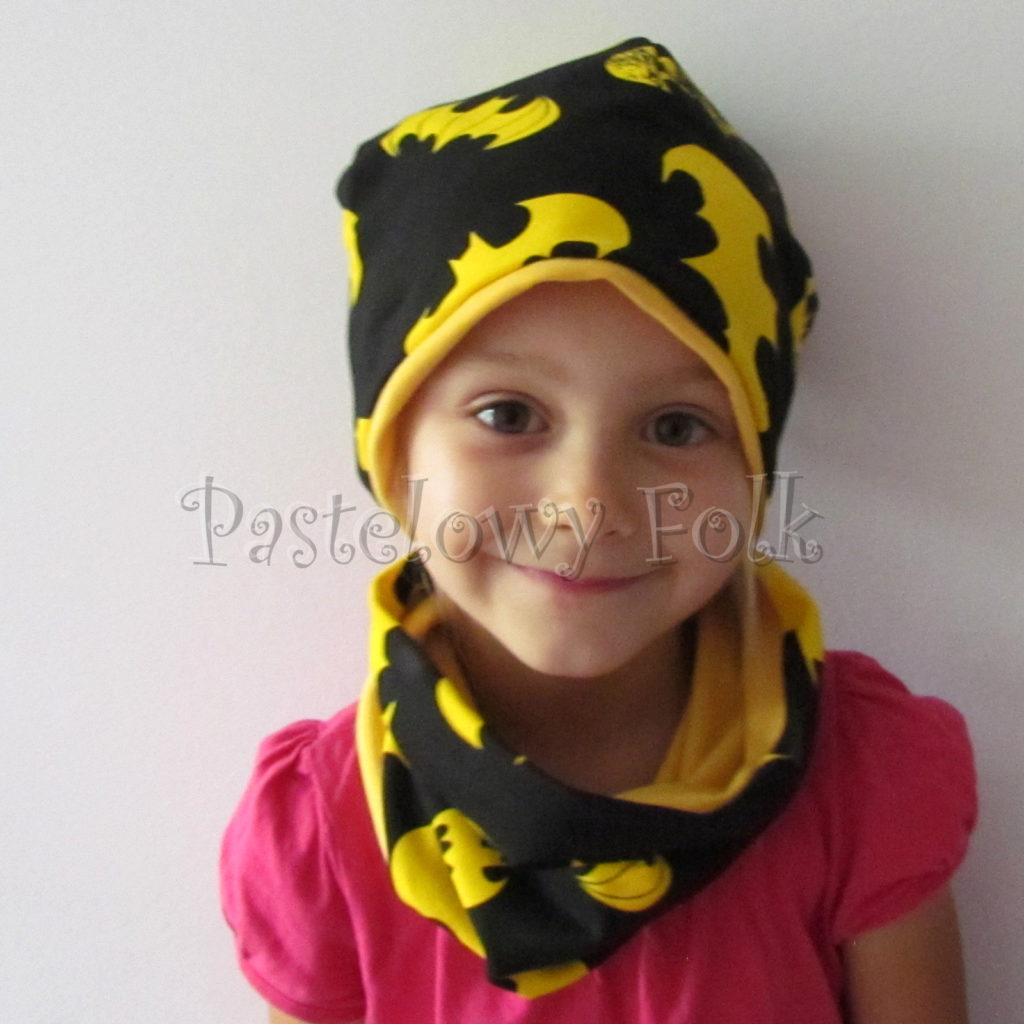 dziecko-czapka-240-czarna-w-zolte-nietoperze-batmandwustronna-jesienna-dresowka-komplet-komin-02