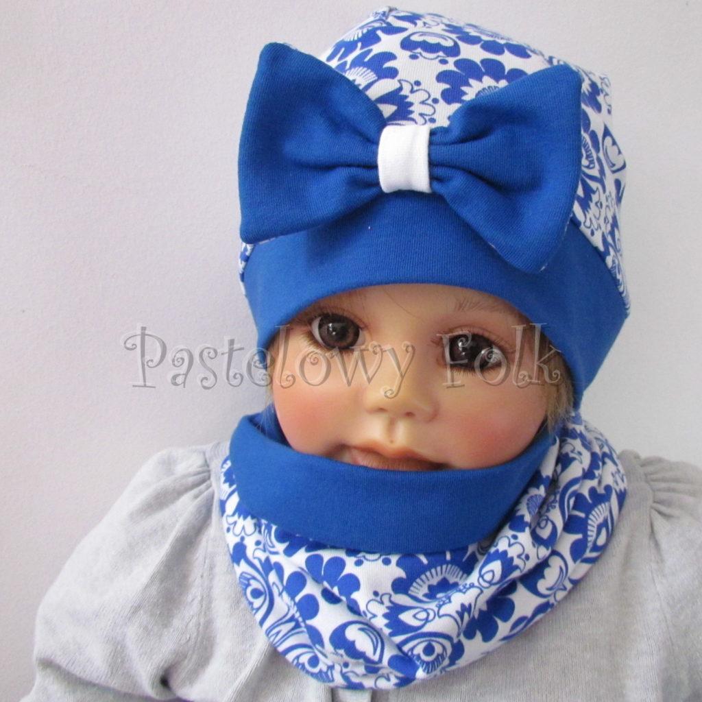 dziecko-czapka-247-biala-w-folkowy-ludowy-wzor-kwiatowy-niebieski-chabrowy-duza-kokarda-ultramaryna-komplet-komin-02
