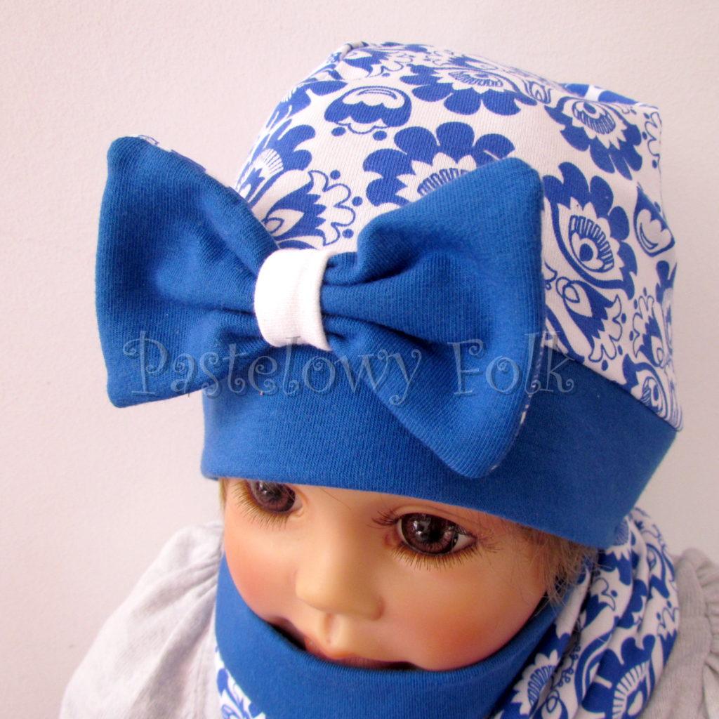 dziecko-czapka-247-biala-w-folkowy-ludowy-wzor-kwiatowy-niebieski-chabrowy-duza-kokarda-ultramaryna-komplet-komin-03