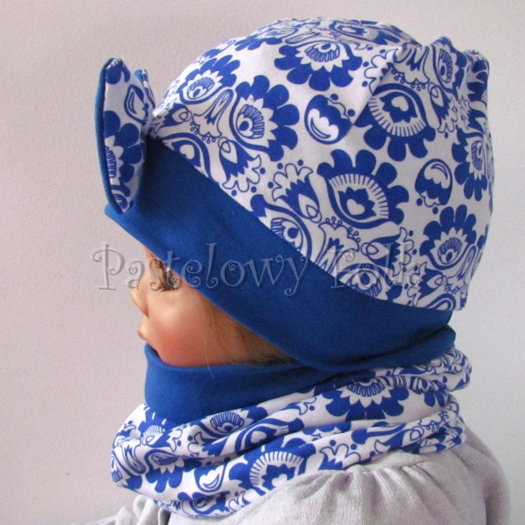 dziecko-czapka-247-biala-w-folkowy-ludowy-wzor-kwiatowy-niebieski-chabrowy-duza-kokarda-ultramaryna-komplet-komin-04
