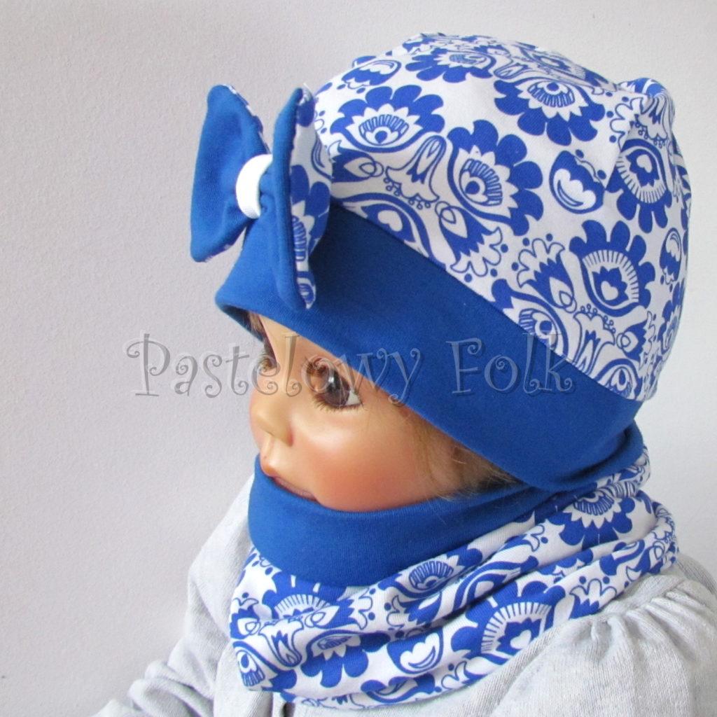 dziecko-czapka-247-biala-w-folkowy-ludowy-wzor-kwiatowy-niebieski-chabrowy-duza-kokarda-ultramaryna-komplet-komin-05