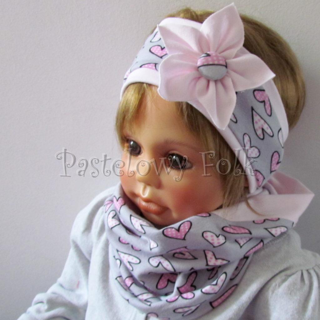 dziecko-opaska-186-szara-w-rozowe-sercakwiatek-jasnorozowy-komplet-chustka-komin-01