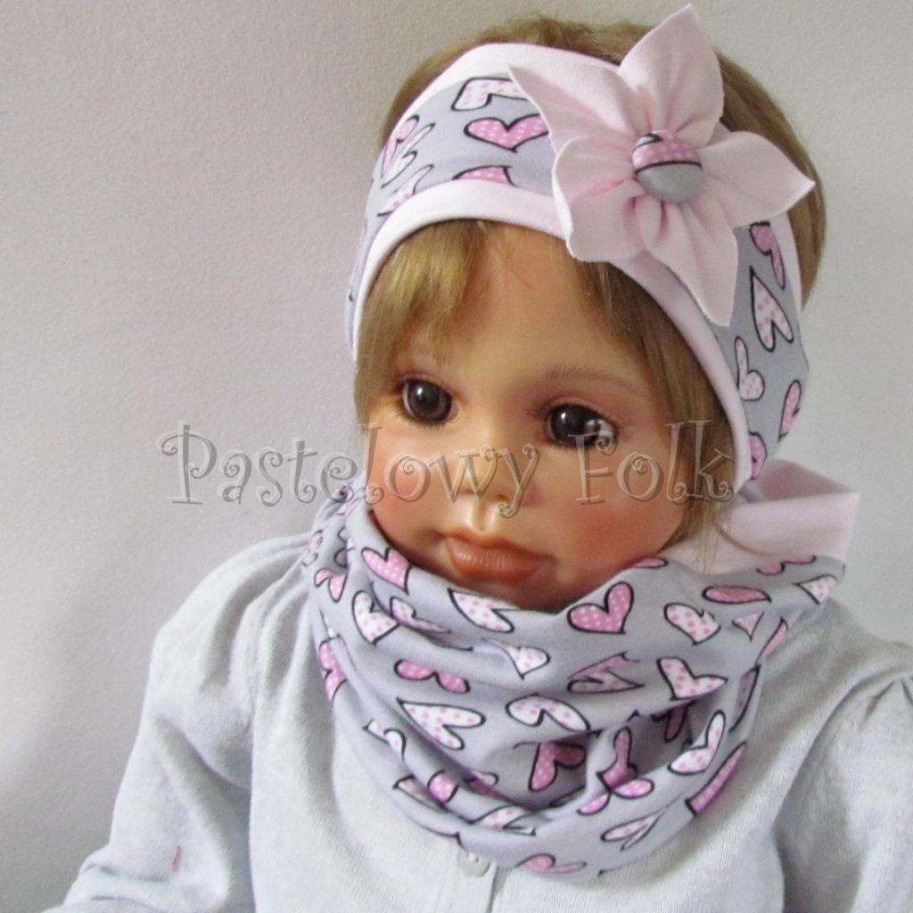 dziecko-opaska-186-szara-w-rozowe-sercakwiatek-jasnorozowy-komplet-chustka-komin-03
