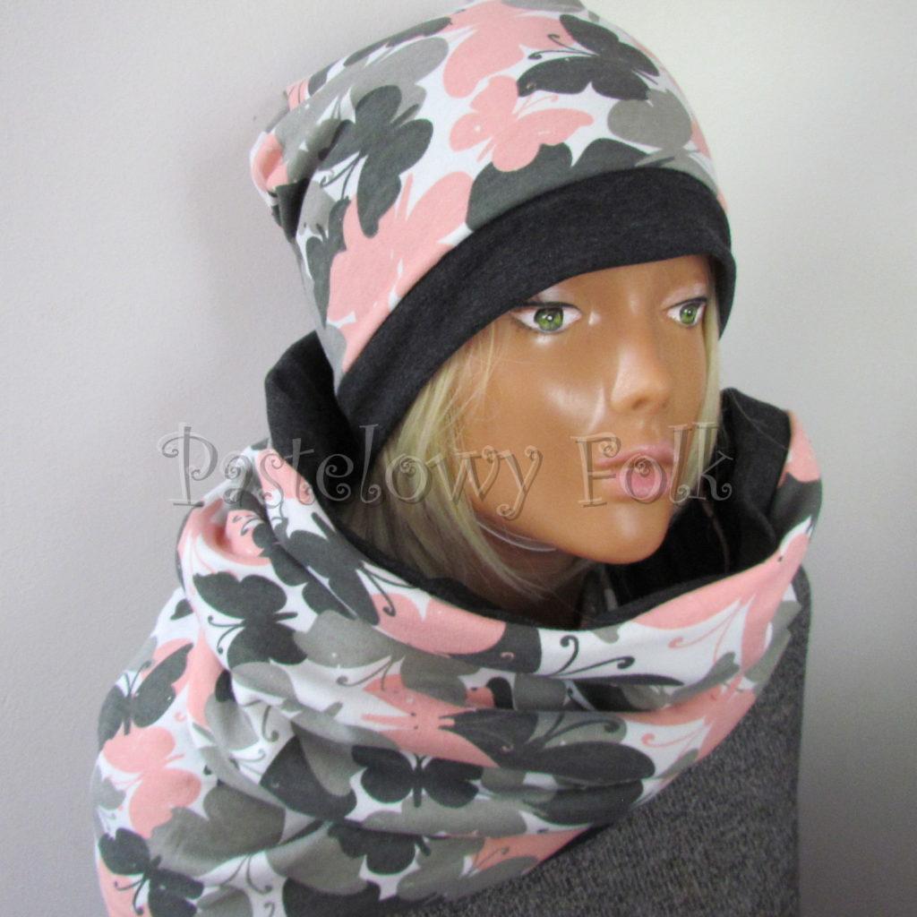 kobieta-komin-05-damski-dzianinowy-duzy-komin-i-czapka-grafitowy-i-bialy-w-rozowe-i-szare-motyle-04