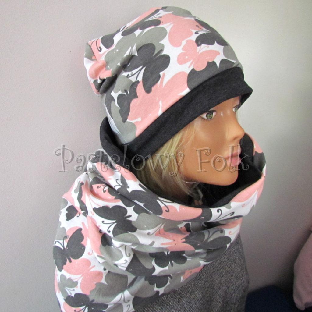 kobieta-komin-05-damski-dzianinowy-duzy-komin-i-czapka-grafitowy-i-bialy-w-rozowe-i-szare-motyle-05