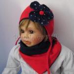 Czerwona wiązana czapka z granatowym kwiatem w kropki